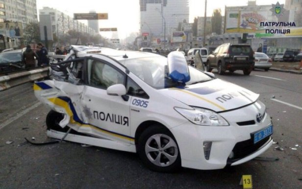 toyota-prius-police-crashed